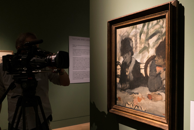 Filming-Au-Cafe,-Edgar-Degas,-1876-at-Fitzwilliam-Museum,-Cambridge-┬®-EXHIBITION-ON-SCREEN-(David-Bickerstaff